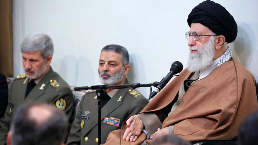 Líder de la Revolución Islámica de Irán, el ayatolá Seyed Ali Jamenei, se reúne con altos comandantes de la Fuerza Naval iraní, 28 de noviembre de 2018. (Foto: IRNA)