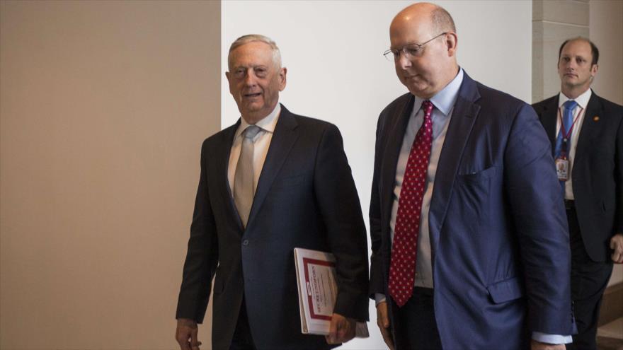 El jefe de Pentágono, James Mattis, (izda.) camina hacia una reunión con miembros del Senado, 28 de noviembre de 2018. (Foto: AFP)