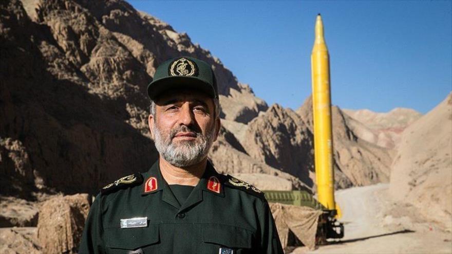 El comandante de la División Aeroespacial del Cuerpo de Guardianes de la Revolución Islámica de Irán, Amir Ali Hayizade, asiste a la prueba de un misil balístico.