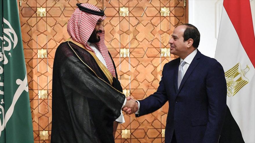 El presidente egipcio Abdel Fatah al-Sisi (dcha.), junto al príncipe heredero saudí, Muhamad bin Salman, 27 de noviembre de 2018. (Foro: AFP)