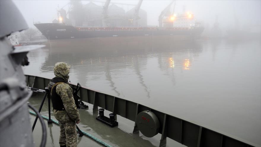 Un soldado ucraniano patrulla en un buque militar llamado Dondass en el mar de Azov, 27 de noviembre de 2018. (Foto: AFP)