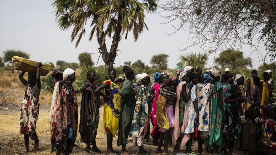 Mujeres aguardan cerca de una clínica móvil de la UNICEF en la aldea de Rubkuai en Sudán del Sur.