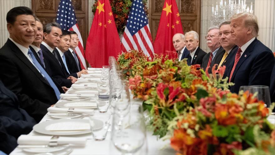 El presidente de EE.UU., Donald Trump (dcha.), reunido con su par chino, Xi Jinping (izq.), en Buenos Aires, Argentina, 1 de diciembre de 2018. (Foto: AFP)