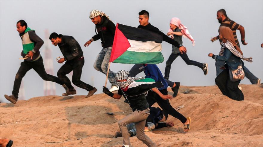 Manifestantes palestinos durante enfrentamientos con fuerzas israelíes en la Franja de Gaza, 30 de noviembre de 2018. (Foto: AFP)