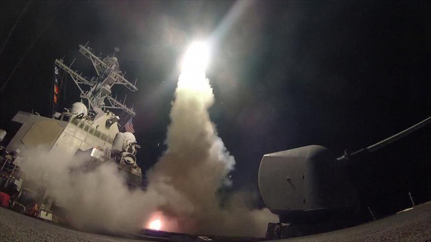 Marina de EE.UU. lanza desde mar Mediterráneo un misil de ataque terrestre tomahawk contra blancos del Ejército sirio, 7 de abril de 2017.