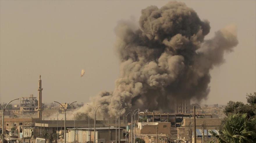 El humo se eleva de un edificio tras un ataque aéreo de la coalición anti-EIIL en la ciudad siria de Al-Raqa, 15 de agosto de 2017. (Fuente: Reuters)