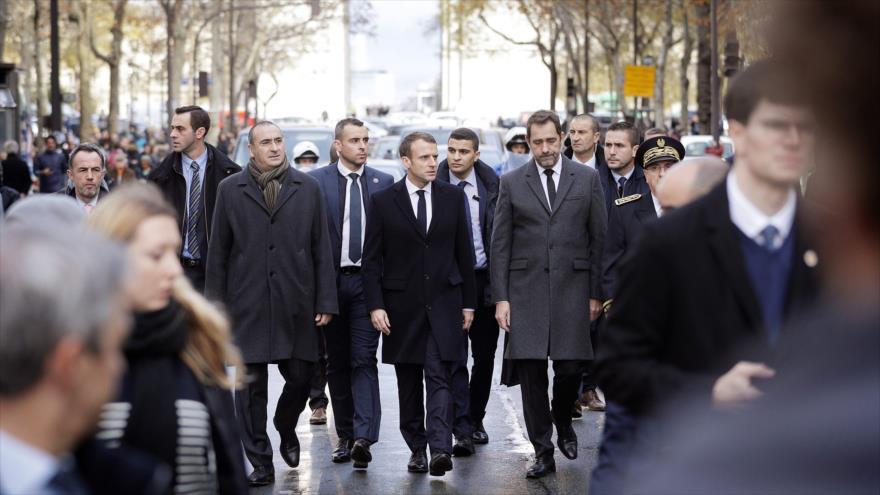 El presidente francés, Emmanuel Macron, realiza una visita a las zonas más afectadas por los disturbios en París, 2 de diciembre de 2018. (Foto: AFP)