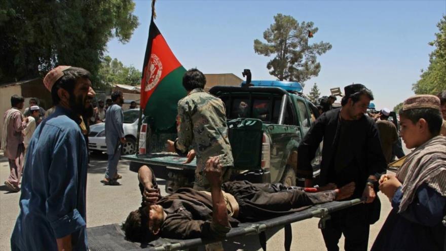 Efectivos policiales trasladan a un ciudadano herido en un atentado terrorista en Afganistán.