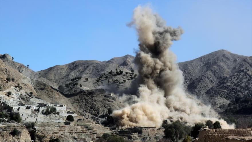 Columna de humo levantada por un ataque aéreo estadounidense en la provincia de Paktia, en el este de Afganistán.