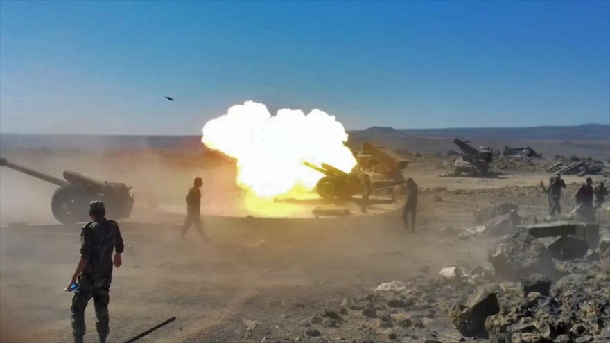 Artillería del Ejército sirio bombardea blancos del grupo terrorista Daesh en el sur de Al-Sweida, 5 de septiembre de 2018. (Fuente: AFP)