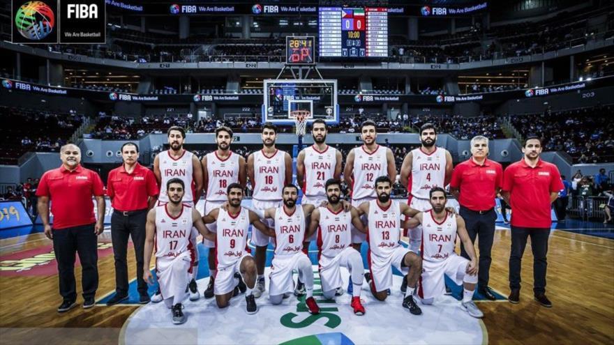 El equipo nacional de baloncesto masculino de Irán posa para una foto antes de un partido con Filipinas en Manila, 3 de diciembre de 2018.