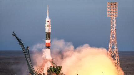 Cohete Soyuz se acopla a la Estación Espacial Internacional