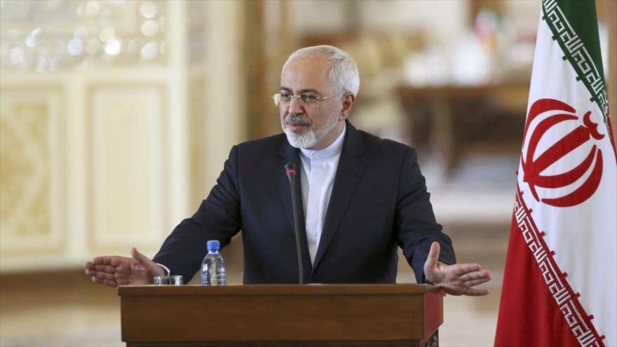 El canciller de Irán, Mohamad Yavad Zarif, habla en una rueda de prensa en Teherán, la capital.