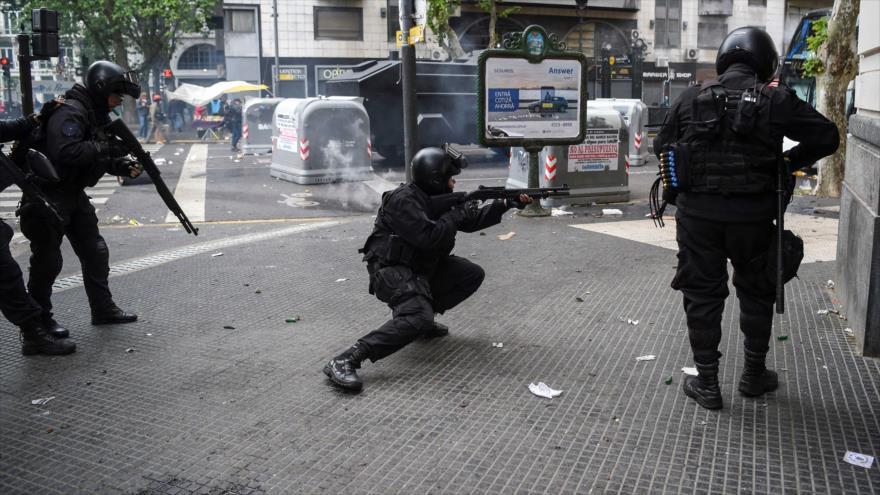 Policías argentinos disparan contra manifestantes en Buenos Aires, 24 de octubre de 2018. (Foto: AFP)