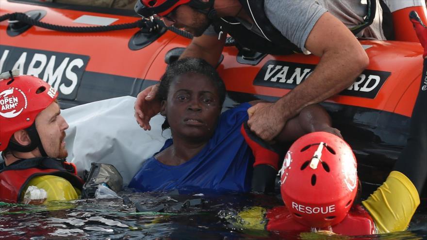 Rescate de una superviviente del naufragio de un barco de migrantes, 17 de julio de 2018. (Foto: AFP)