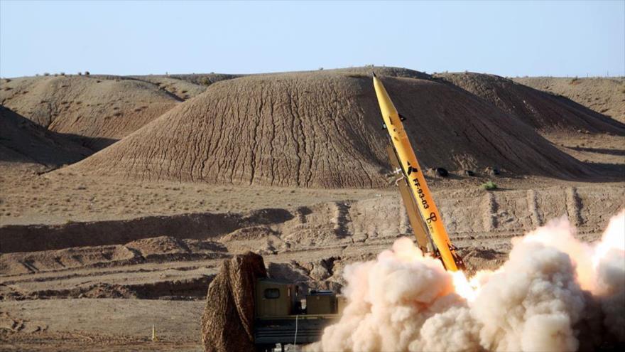 El misil balístico iraní Zolfaqar de corto alcance, poco después de su lanzamiento.