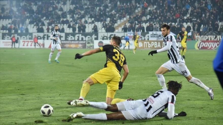 Vídeo: Futbolista marca un espléndido gol desde el medio del campo
