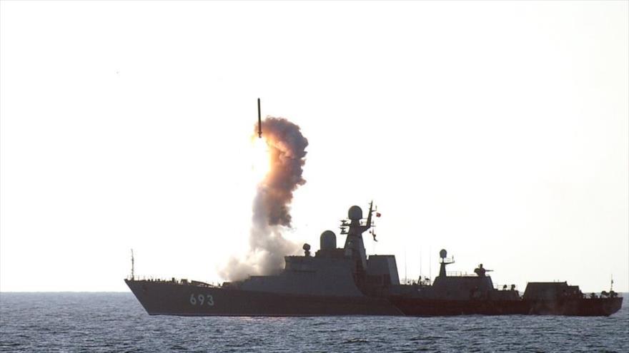 El buque de guerra Dagestan de la Armada de Rusia durante maniobras militares.
