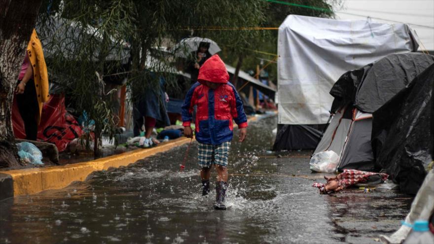 Un niño migrante camina en un refugio temporal, instalado para la llamada caravana de migrantes, Tijuana (México), 5 de diciembre de 2018. (Foto: AFP)