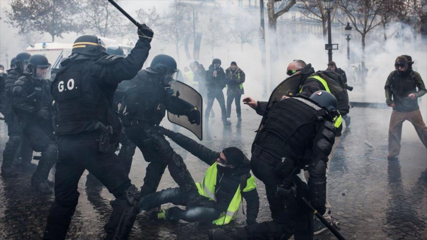 Policía gala da duras palizas a manifestantes en un restaurante