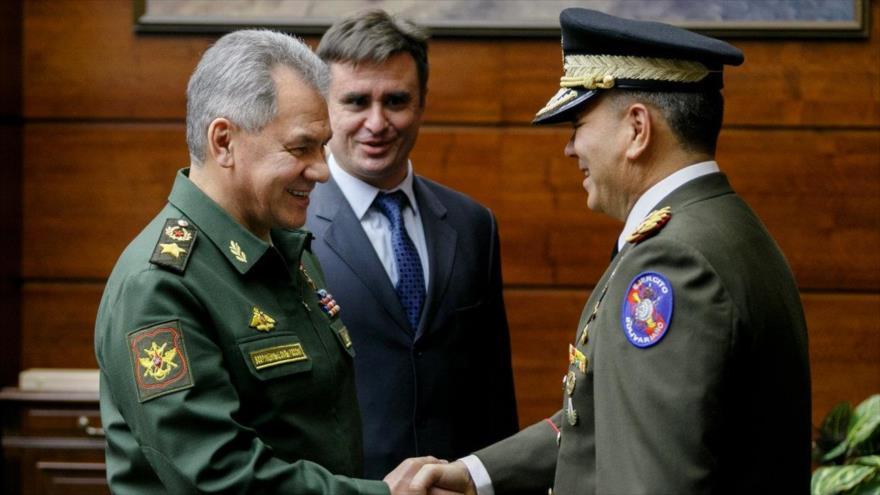 El ministro de Defensa de Rusia, Serguéi Shoigu (izq.), y su homólogo de Venezuela, Vladimir Padrino López, 3 de abril de 2018.