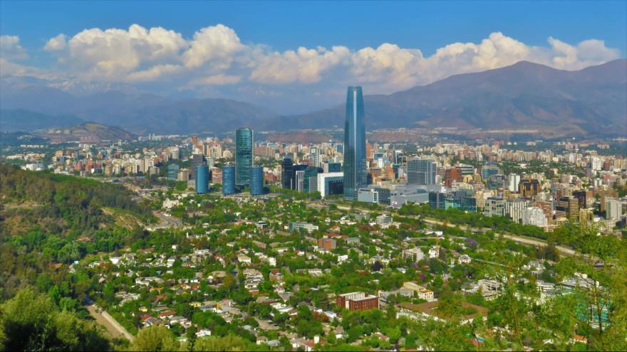 Santiago, la ciudad capitalina de Chile que está rodeada por las hermosas montañas de los Andes.