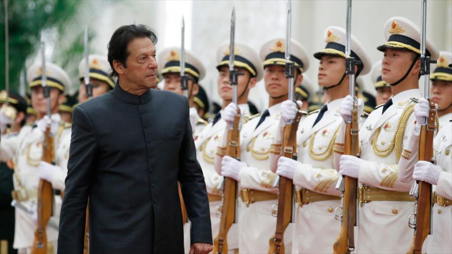 El primer ministro de Paquistán, Imran Jan, llega a Pekín, capital china, 3 de noviembre de 2018. (Foto: AFP)