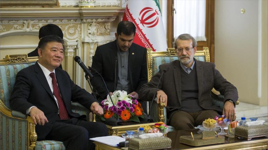 Pdte. del Parlamento iraní, Ali Lariyani (dcha.) y el vicepresidente del Comité Permanente de la APN de China, Chen Zhu (izda.), 6 de diciembre de 2018.