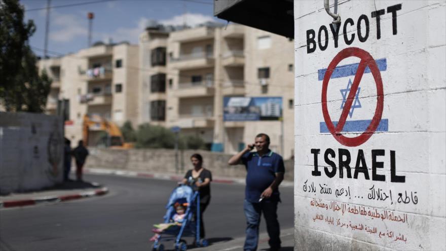 Un cartel antisraelí pintado en una pared en la ocupada Cisjordania, 5 de junio de 2015. (Foto: AFP)