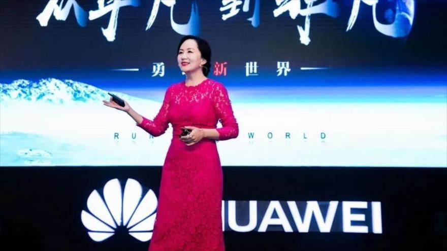 La directora financiera de Huawei, Meng Wanzhou, presenta algún producto de esta empresa tecnológica china.
