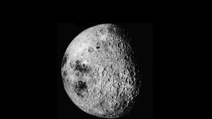 El lado opuesto de la Luna visto desde la nave estadounidense Apolo 16, (Fuente: NASA).