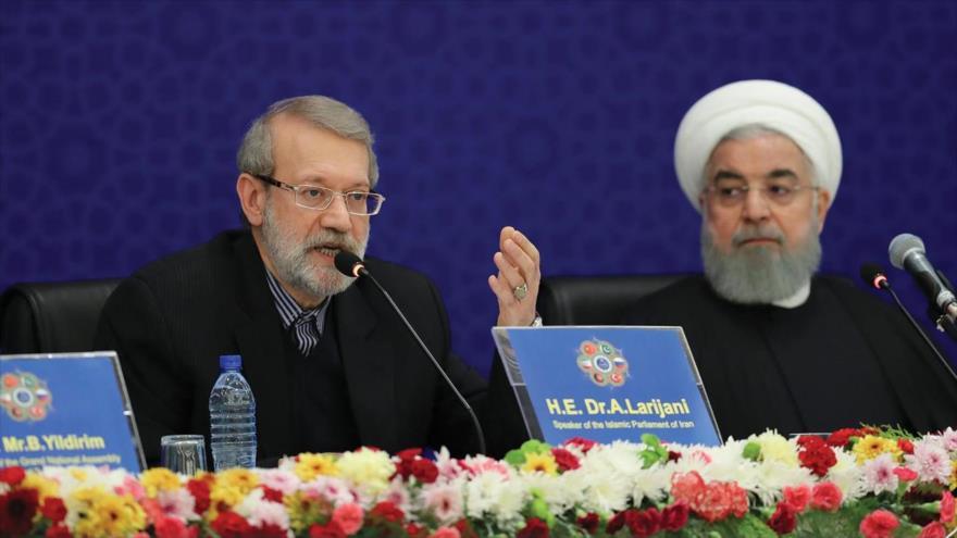 Presidente del Parlamento iraní, Ali Lariyani (izq.), en la cumbre interparlamentaria de 6 países regionales, Teherán, 8 de diciembre de 2018. (Foto: ICANA)