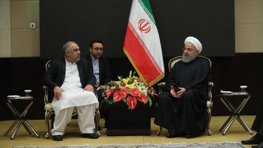 El presidente de Irán, Hasan Rohani (dcha.), se reúne con el jefe del Parlamento paquistaní, Asad Qaiser, en Teherán, 8 de diciembre de 2018. (Foto: President.ir)