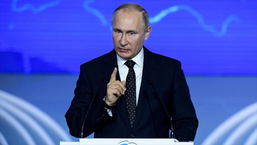 El presidente ruso, Vladimir Putin, da un discurso durante la 18ª convención del partido Rusia Unido en Moscú, 8 de diciembre de 2018. (Foto: AFP