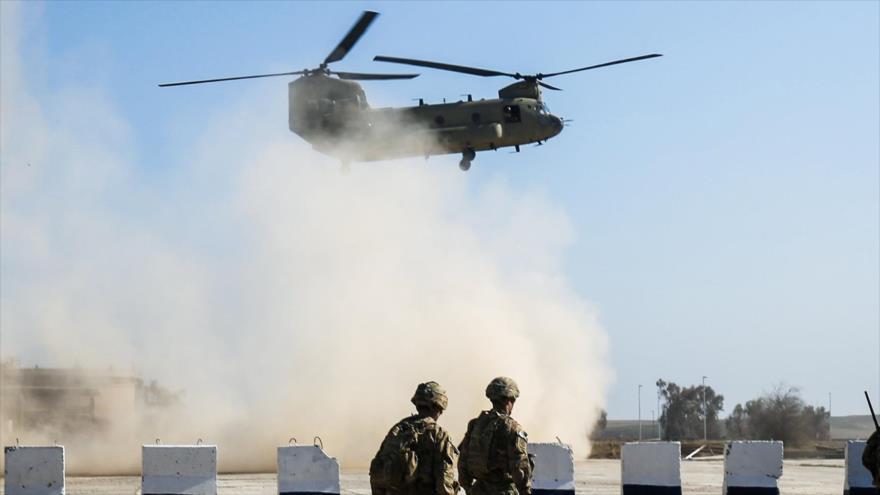 Un helicóptero de transporte modelo Boeing CH-47 Chinook de EE.UU. sobrevuela la ciudad iraquí de Mosul, 22 de febrero de 2017. (Foto: AFP)