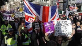 """Manifestantes británicos acusan a May de """"traicionar"""" el Brexit"""
