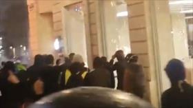 Vídeo: Saquean una tienda de Apple durante protestas en Francia