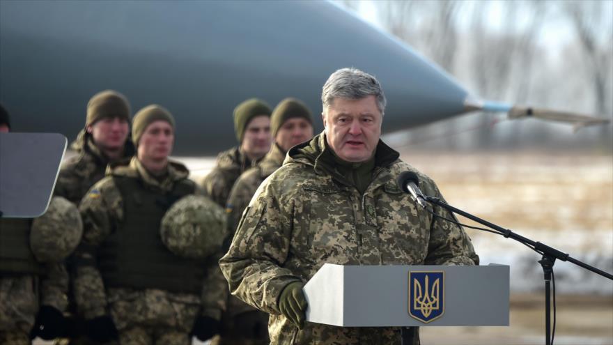 El presidente de Ucrania, Petro Poroshenko, ofrece un discurso en la base aérea de Ozerne, en el norte del país, 6 de diciembre de 2018. (Foto: AFP)