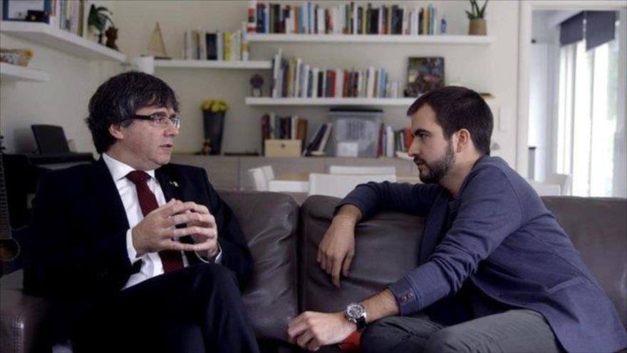 El cesado líder catalán Carles Puigdemont durante una entrevista con El Periódico de Catalunya.