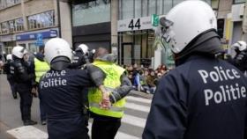 Policía belga mete a manifestantes en establo 'como animales'