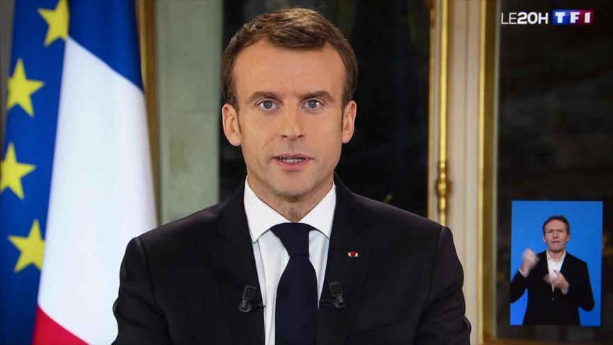 Macron concede ante chalecos amarillos, pero dice no habrá giro