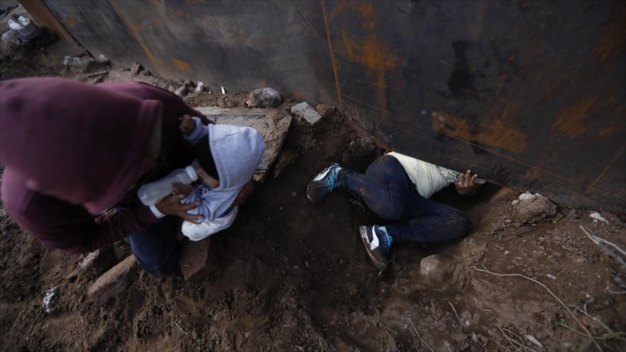 Por arriba o por abajo, como cruzan migrantes la frontera de EEUU