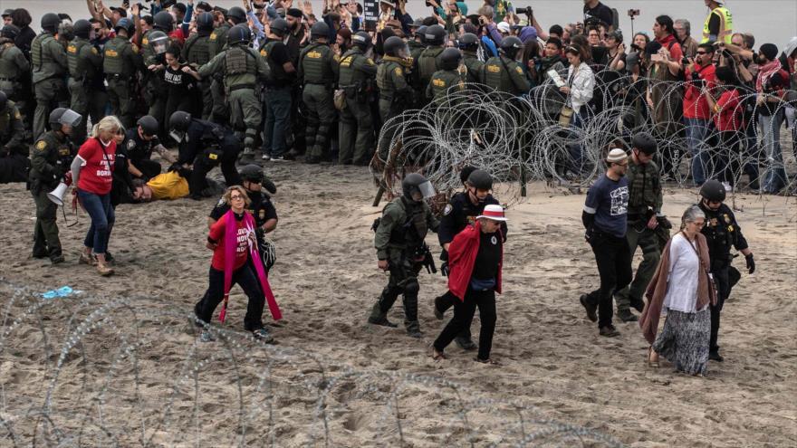 La Policía reprime a manifestantes en frontera de San Diego