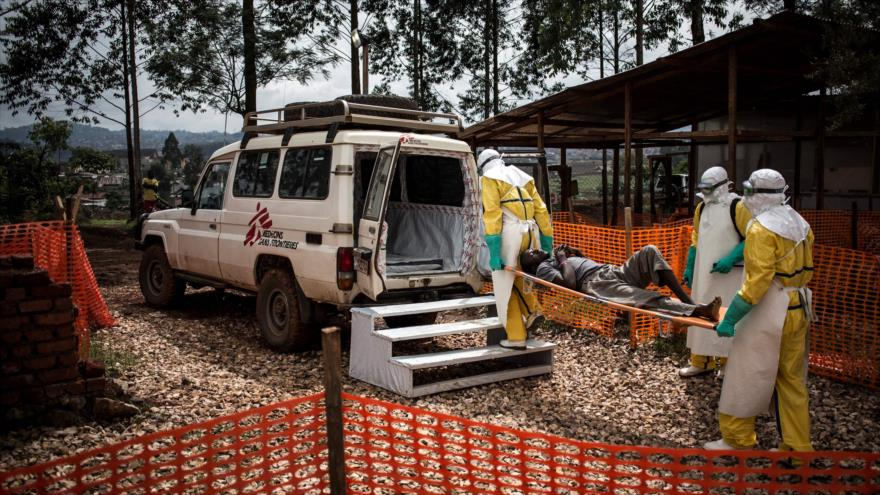 Los trabajadores de salud trasladan a un afectado por el virus de Ébola en la República Democrática del Congo, 10 de noviembre de 2018. (Foto: AFP)