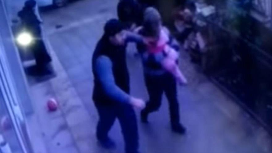 Vídeo: Niña de 5 años cae de un quinto piso en brazos de peatones