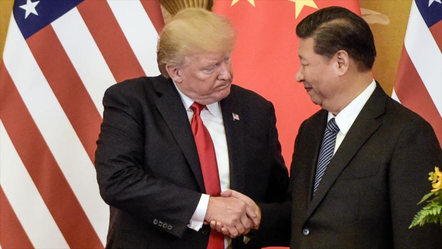 El presidente de EE.UU., Donald Trump (izda.) y su par chino, Xi Jinping, al final de una rueda de prensa en Pekín, 9 de noviembre de 2017. (Foto: AFP)
