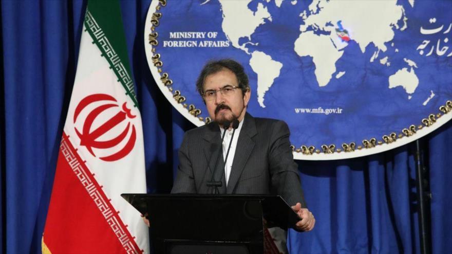 El portavoz de la Cancillería iraní, Bahram Qasemi, habla en una rueda de presa en Teherán, capital persa.
