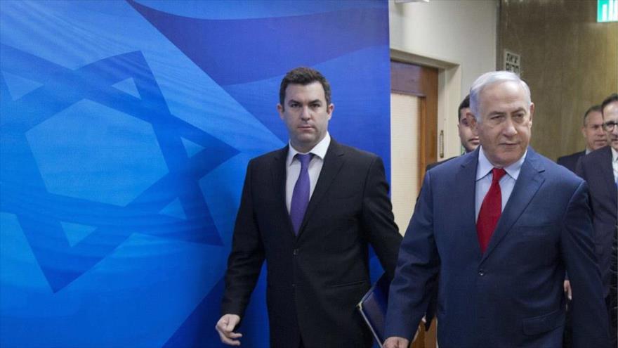 El premier israelí, Benjamín Netanyahu (dcha.), y uno de sus portavoces David Keyes, en Al-Quds (Jerusalén), 11 de marzo de 2018. (Foto: AP)