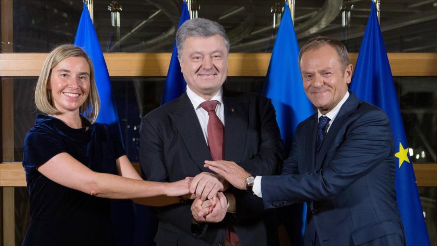 (De izda. A dcha.): La jefa de la Diplomacia de la UE, el Presidente de Ucrania y el presidente del CE en Bruselas, 12 de diciembre de 2018. (Foto: AFP)