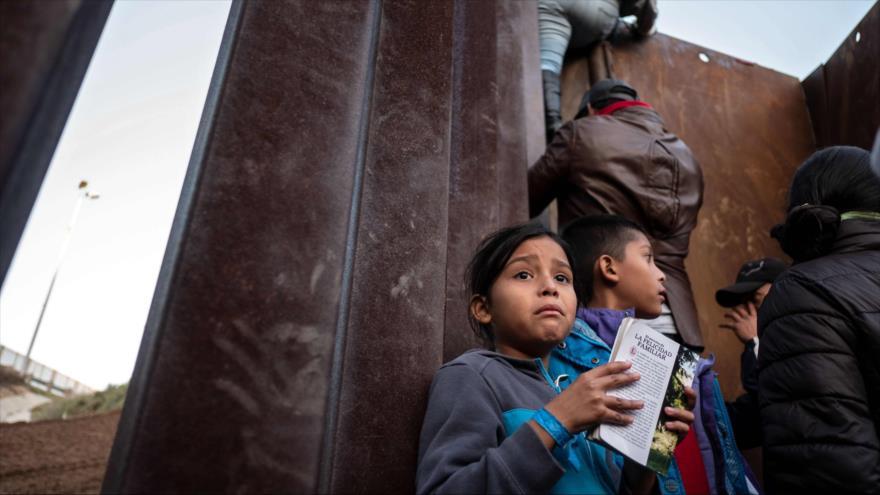 Una niña migrante centroamericana cerca de la valla fronteriza con EE.UU. en Baja California, México, 12 de diciembre de 2018. (Foto: AFP)